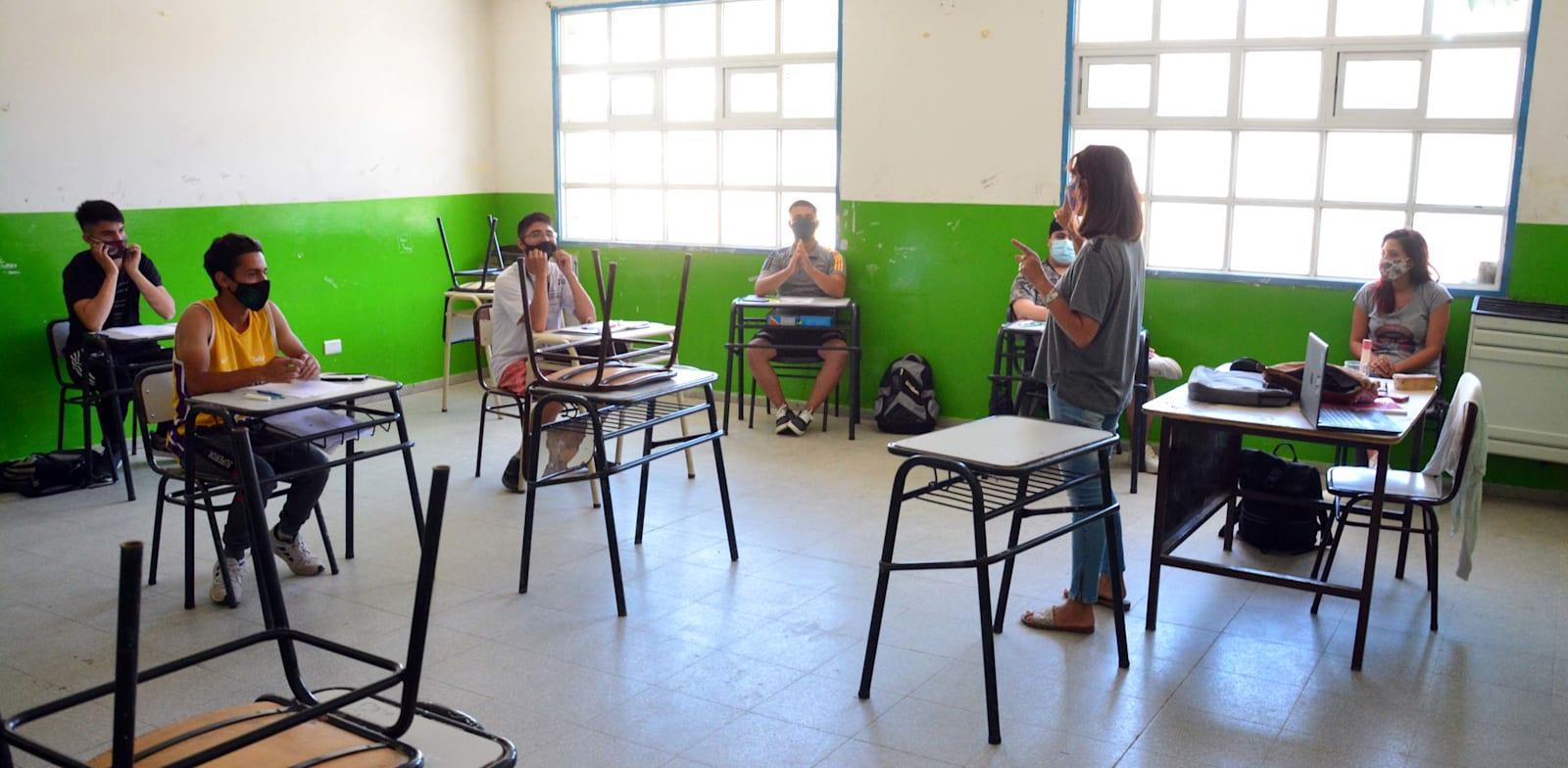 לימודים בבית ספר במתווה קורונה / צילום: Reuters, Marcelo Ochoa