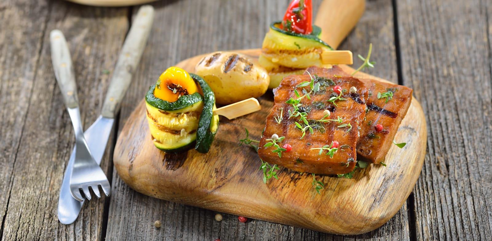 תחליפי גבינות ובשר טבעוניים / צילום: Shutterstock, Karl Allgaeuer