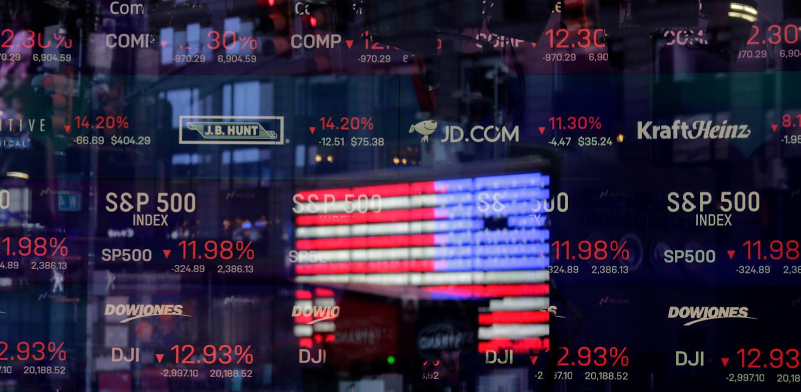 דגל ארה''ב משתקף בחלון אולפן נאסד''ק / צילום: Associated Press, Seth Wenig
