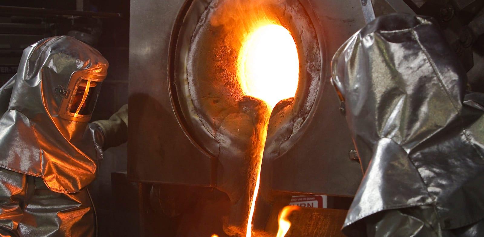 עובדים יוצקים זהב מותך לתוך תבניות במפעל קומטור / צילום: Reuters, Shamil Zhumatov