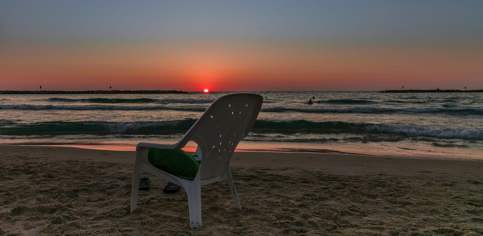 חוף בשקיעה / צילום: Shutterstock