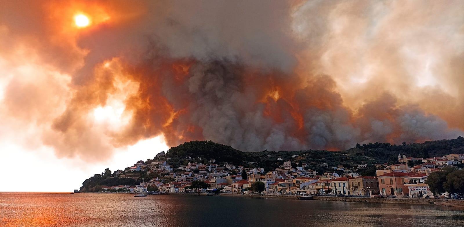 השריפה באי אביה, יוון, בתחילת החודש. אירועי קיצון כאלה יהפכו שגרתיים / צילום: Associated Press, Michael Pappas
