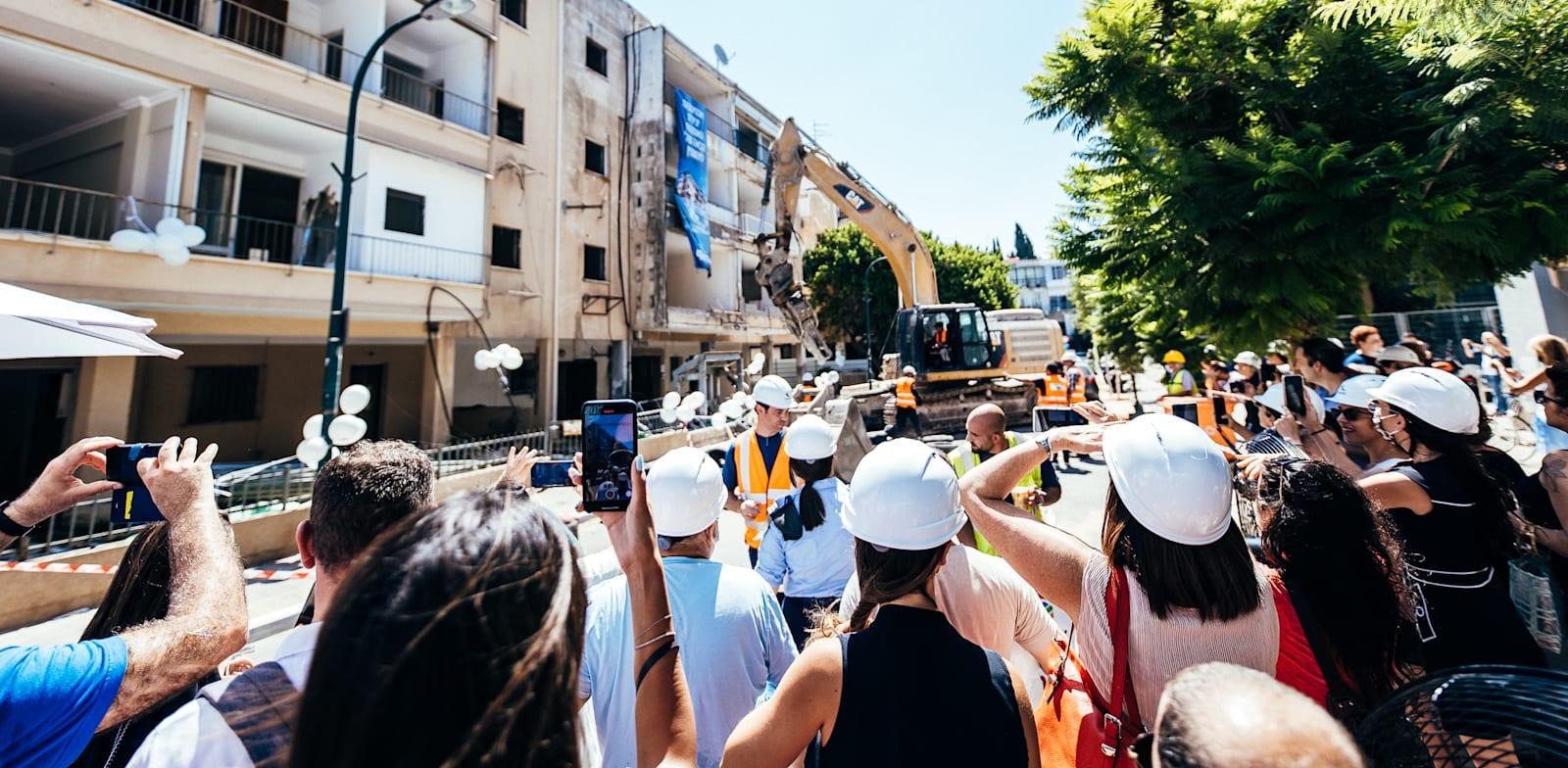 דיירי הבניינים באנטיגונוס 11-13 בתל אביב צופים בהריסתם  על ידי חברת לוינשטין / צילום: גיא סידי