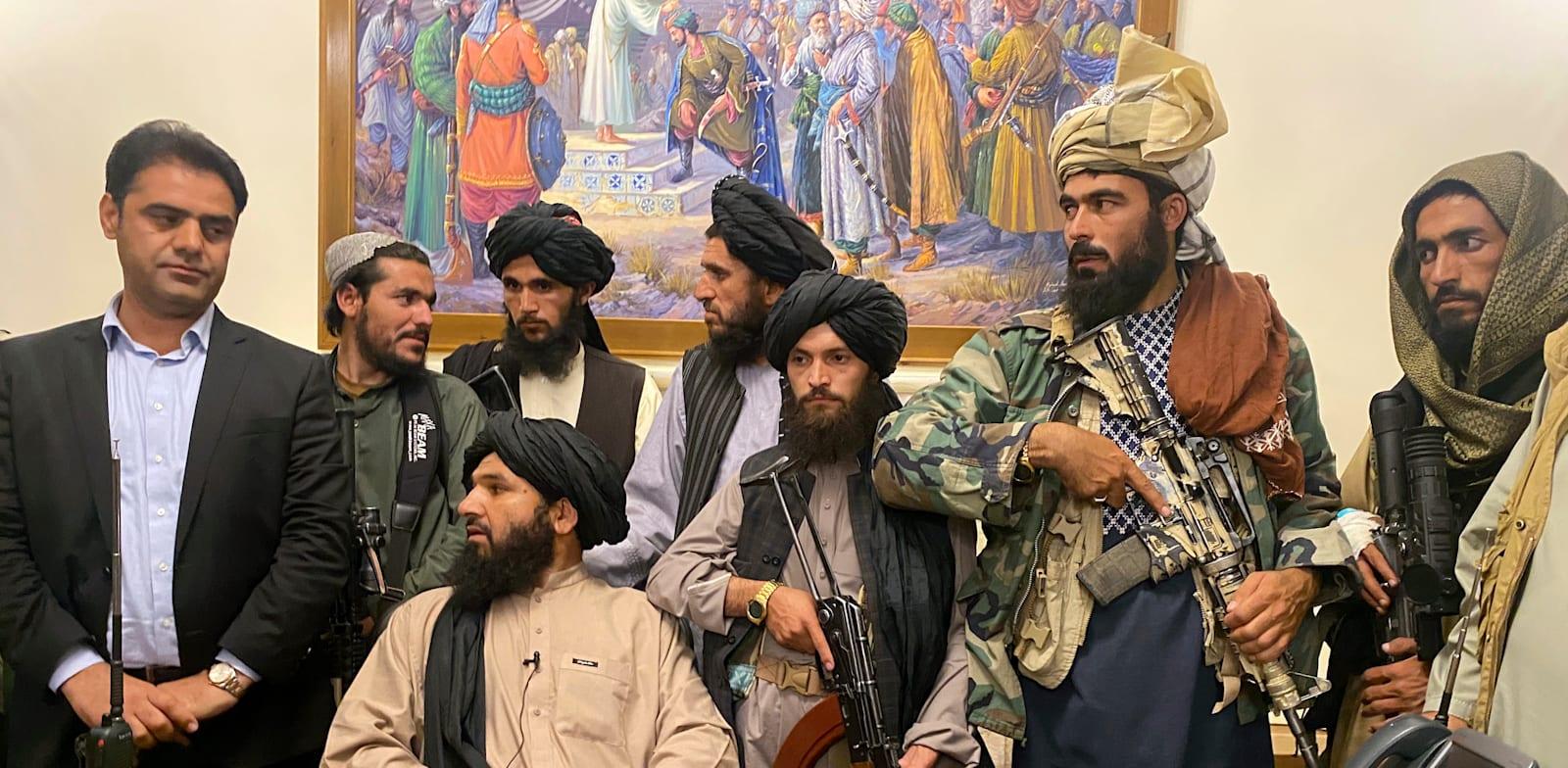 הטליבאן יושב בארמון הנשיאותי בקאבול אחרי שנשיא אפגניסטן ברח מהארץ / צילום: Associated Press, Zabi Karimi