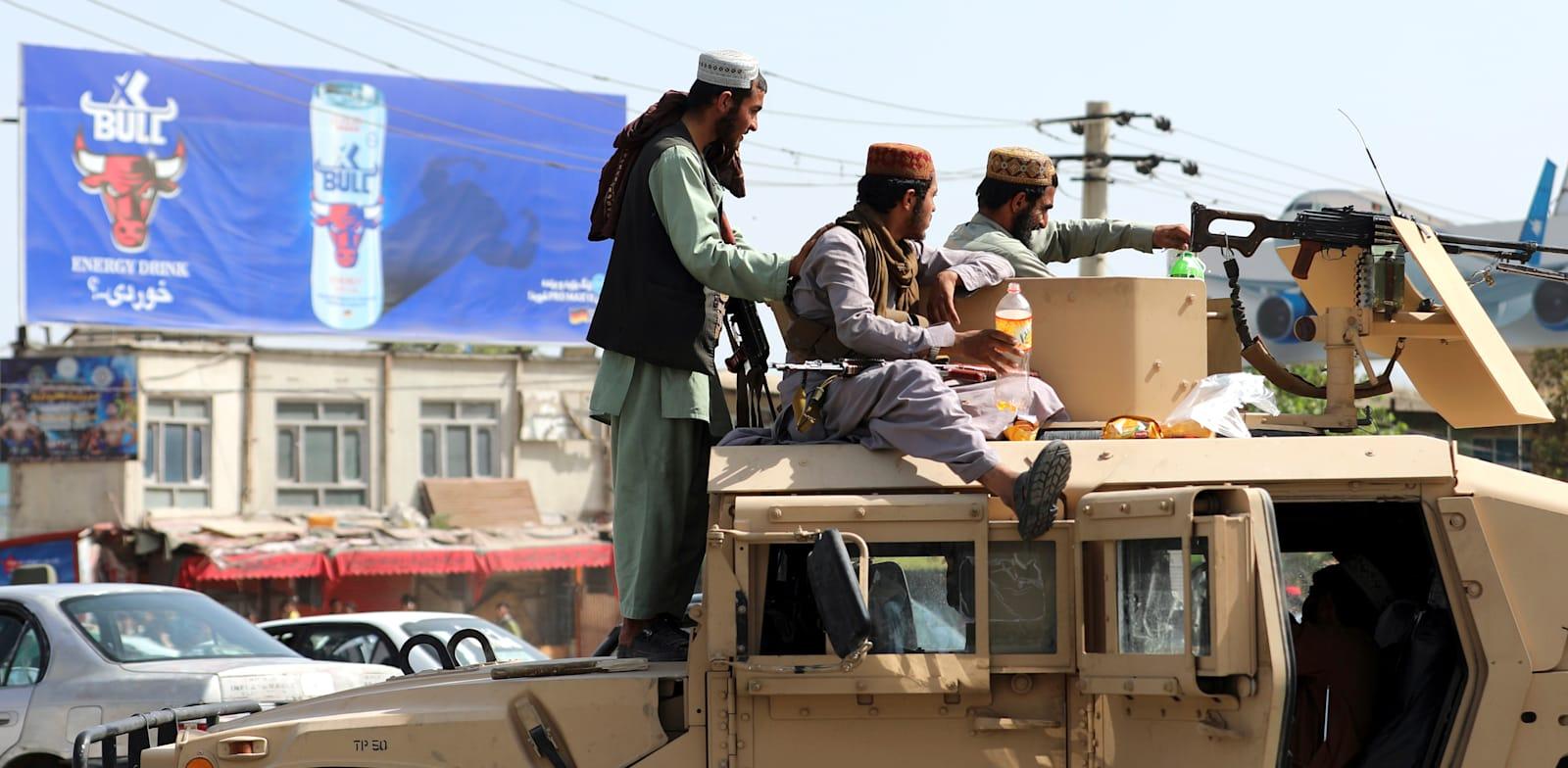 אנשי הטליבאן סמוך לשדה התעופה בקאבול / צילום: Associated Press, Rahmat Gul