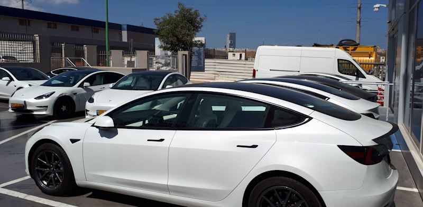 עומס של מכוניות טסלה במוסך של טסלה בפתח תקווה / צילום: בר - אל