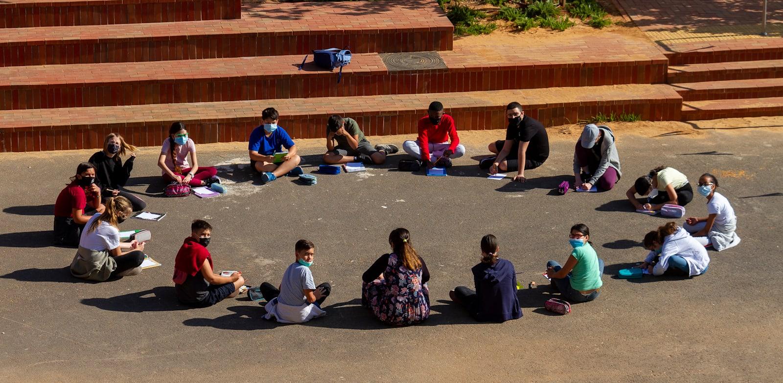 תלמידים בבית הספר בימי קורונה / צילום: Shutterstock