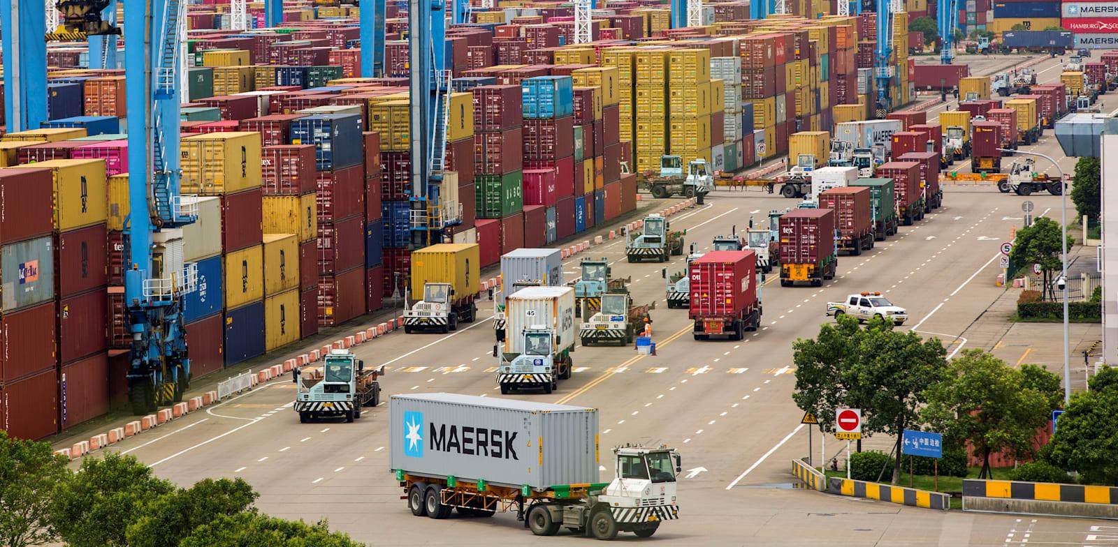 משאיות במסוף המכולות בנמל נינגבו החודש, שער היצוא הגדול בעולם של חלקי רכב מושבת בחלקו / צילום: Reuters, STRINGER