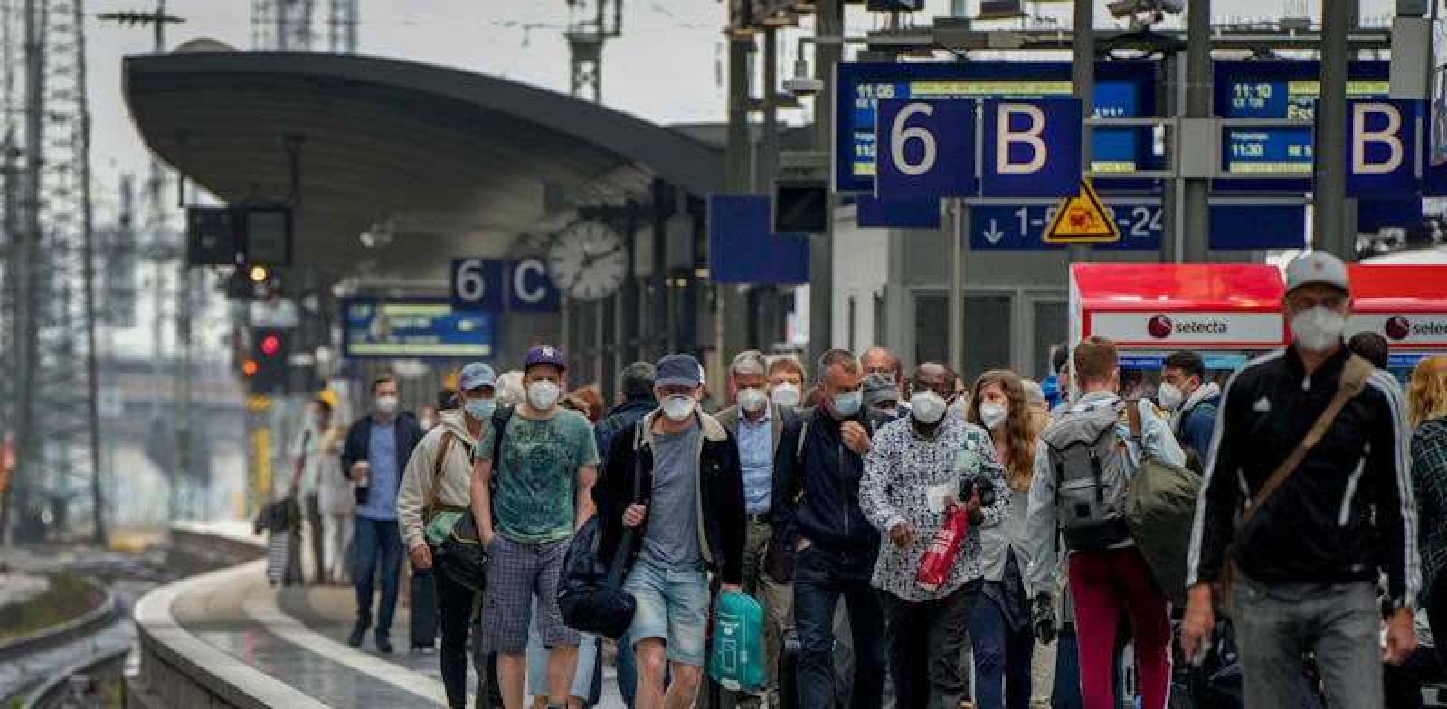 עוברי אורח בגרמניה / צילום: Associated Press, Michael Probst