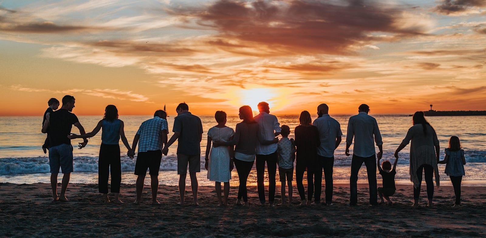 משפחה בחוף הים / צילום: Unsplash