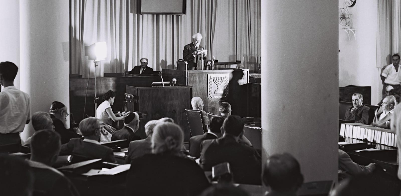 הרב נורוק נואם כזקן חברי הכנסת בפתיחת מושב הכנסת השלישית, 1955 / צילום: לע''מ - משה פרידמן