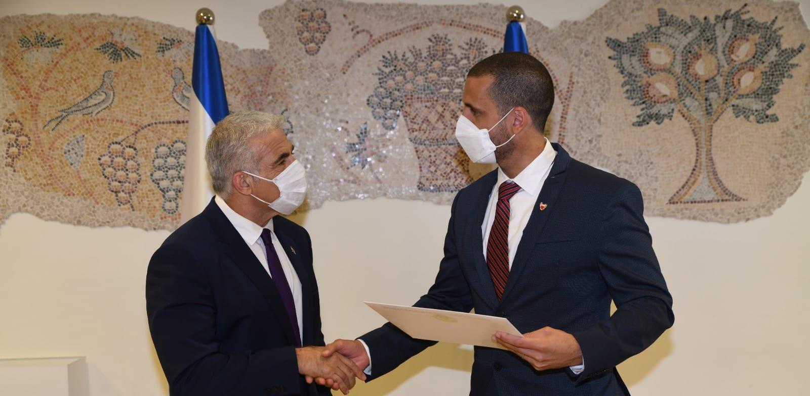 שר החוץ יאיר לפיד והשגריר הבחרייני ח'אלד יוסף אל-ג'לאהמה / צילום: אלעד גוטמן