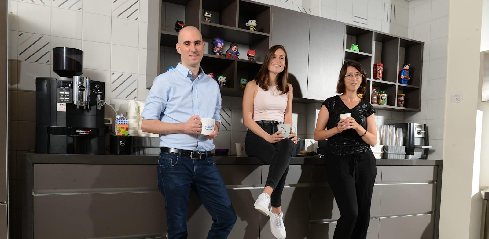 מימין: דפנה חנם, אליאור יעקובי, שלומי ויטורי. במטבחון אינטל / צילום: איל יצהר