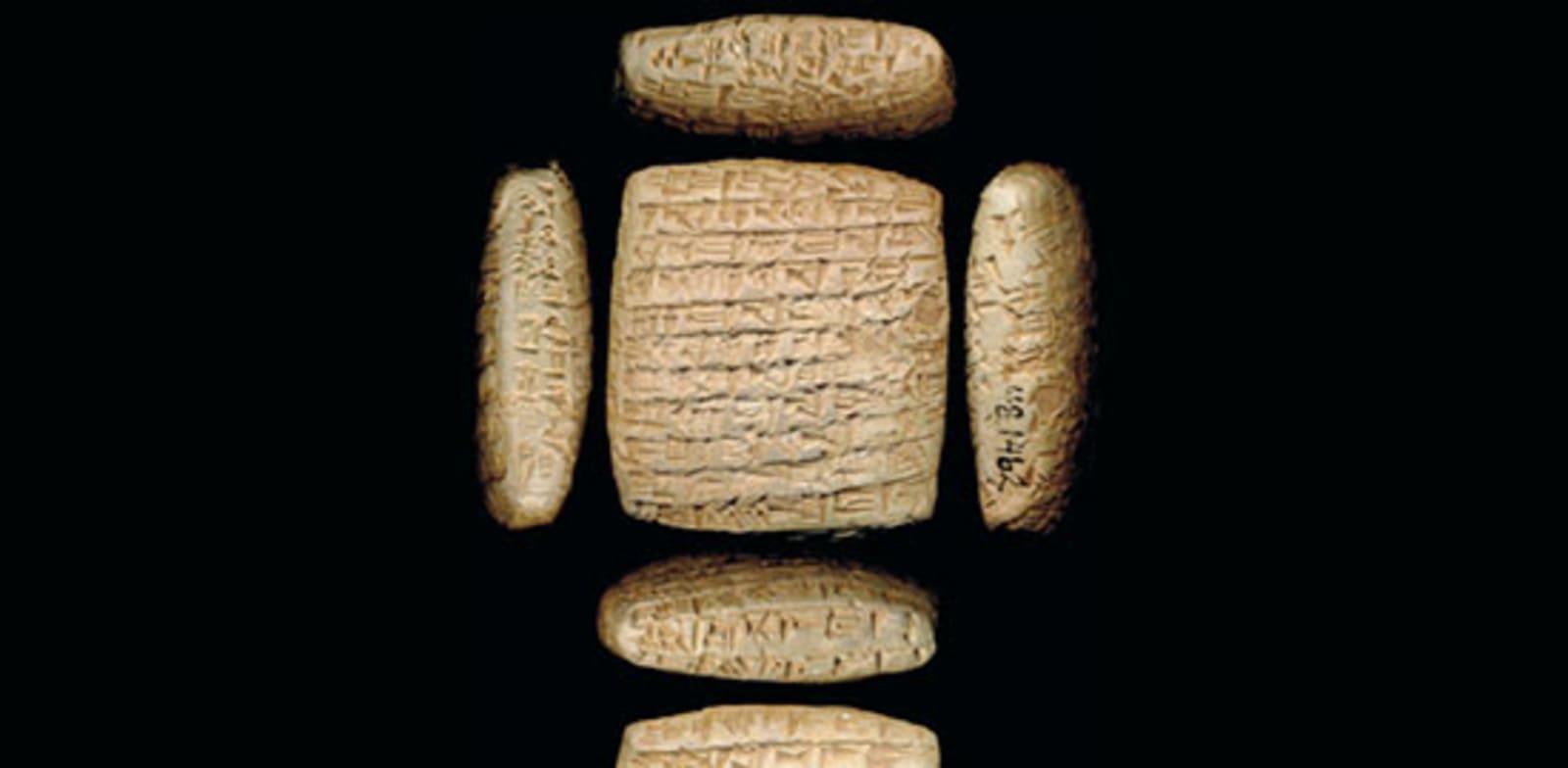 לוח חימר שעליו מכתב בין סוחרים בכתב יתדות בשפה האכדית. כל שטח הפנים של הלוח מכוסה בכתב, כדי להעביר כמה שיותר אינפורמציה / צילום: מוזיאון וולטרס לאמנות