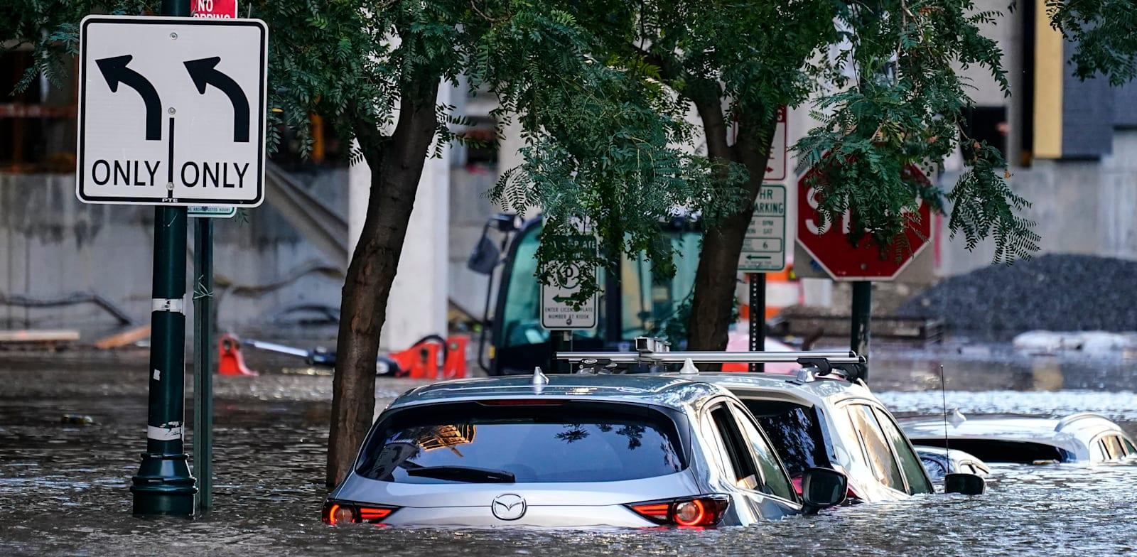 מכוניות שמוצפות במים בפילדלפיה בעקבות הוריקן איידה / צילום: Associated Press, Matt Rourke