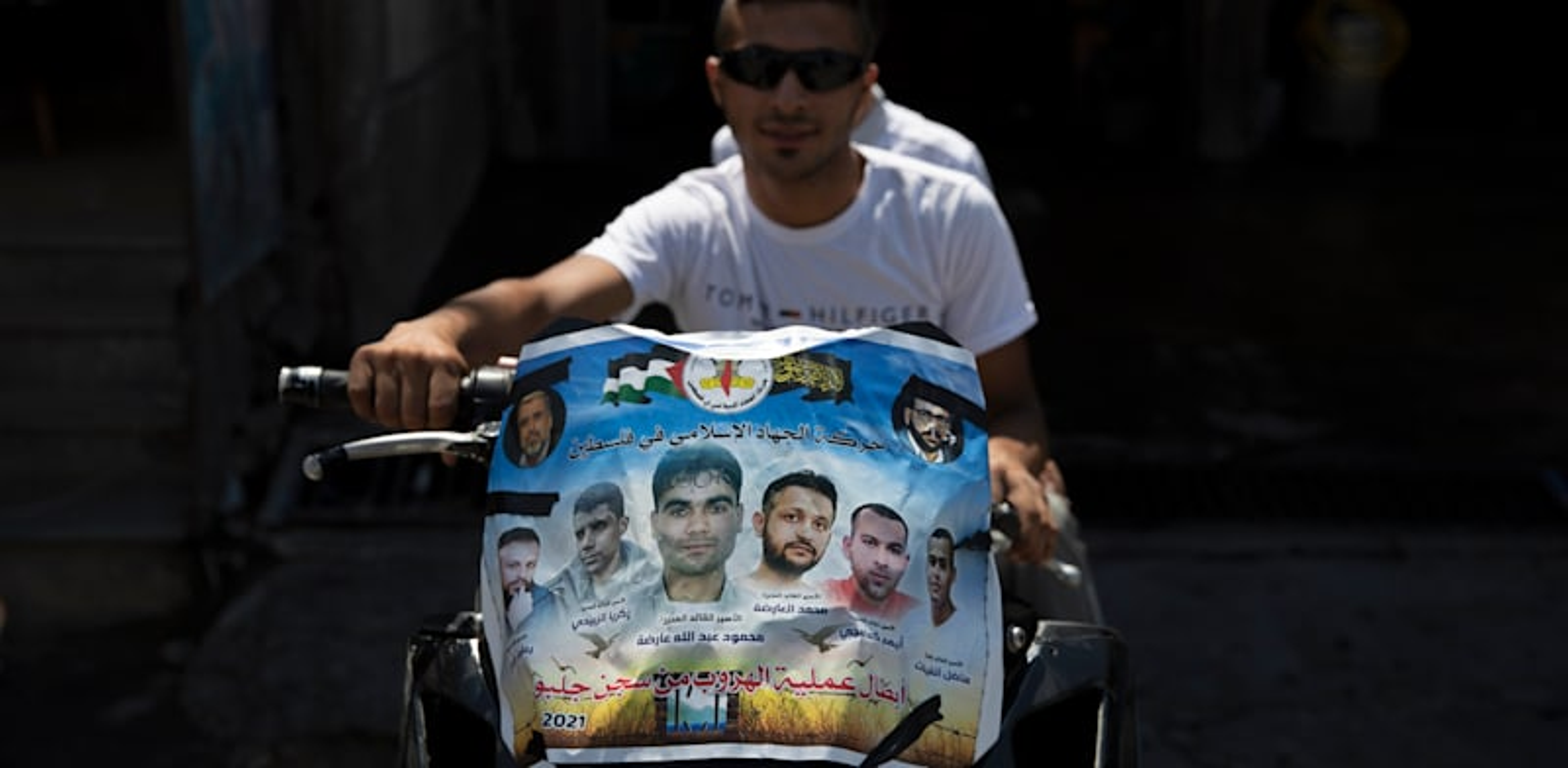 מהללים את ששת המחבלים הנמלטים. ג'נין / צילום: Associated Press, Nasser Nasser