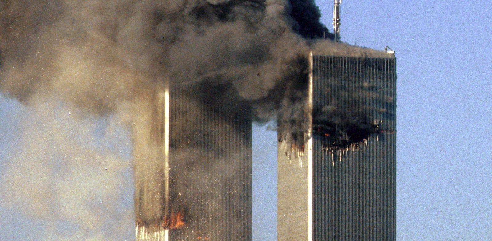 מגדלי התאומים בוערים לאחר פגיעת מטוס 175 החטוף במגדל הדרומי ב-11 בספטמבר 2001 / צילום: Reuters