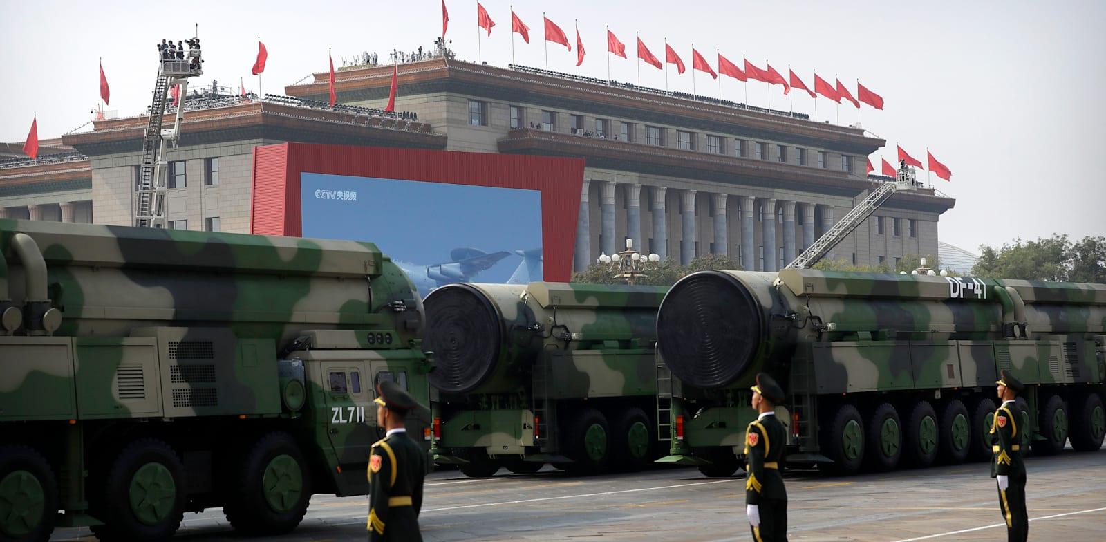 כלי רכב צבאיים סיניים נושאים טילי DF-41. הטילים מיועדים לשאת עד 10 ראשי נפץ שניתן לשלוח למטרות שונות / צילום: Associated Press, Mark Schiefelbein