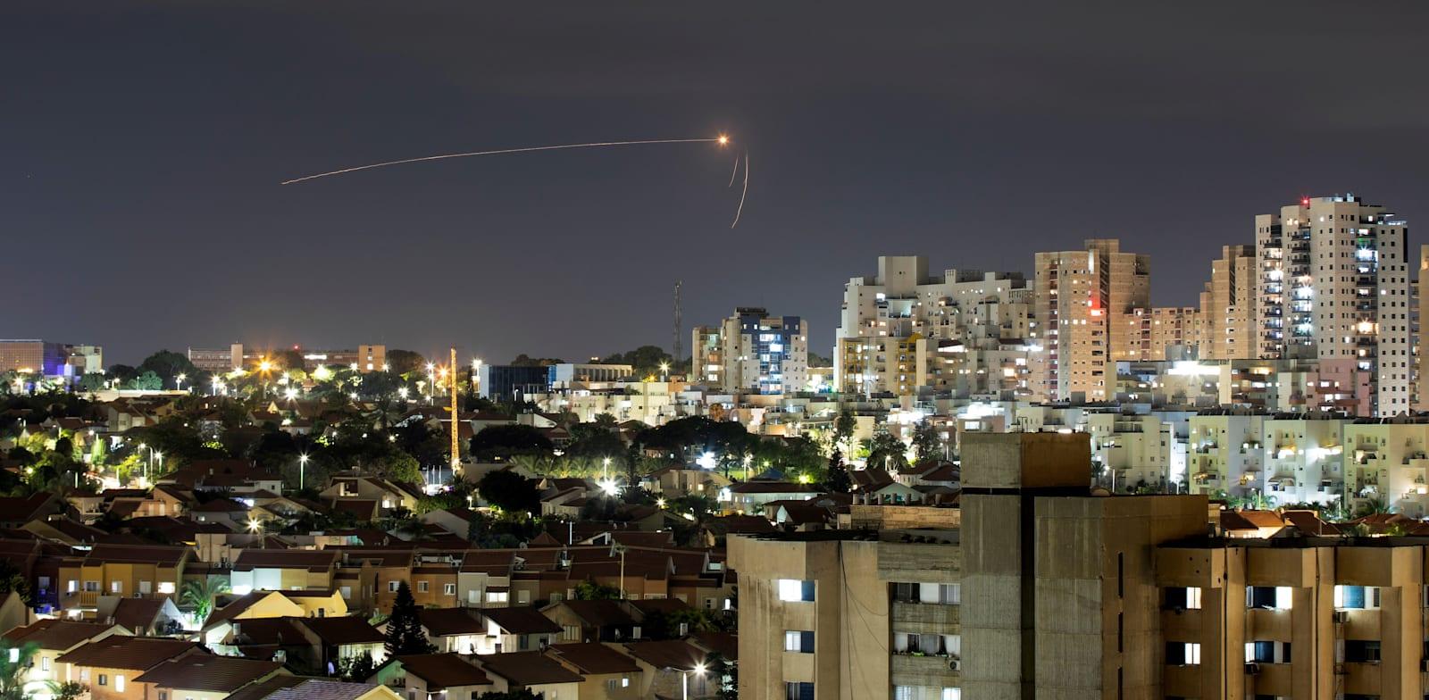 כיפת ברזל מיירטת רקטה ששוגרה מרצועת עזה לעבר ישראל מעל שמי אשקלון, הלילה / צילום: Reuters, AMIR COHEN