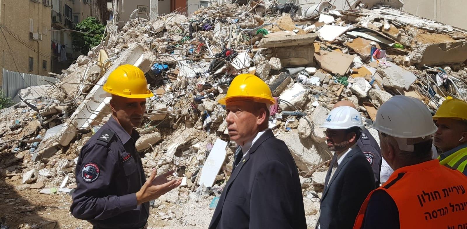מבקר המדינה בסיור באתר הבניין שקרס בחולון. פינוי-בינוי לא מתאים לבניין כזה / צילום: דוברות מחוז דן