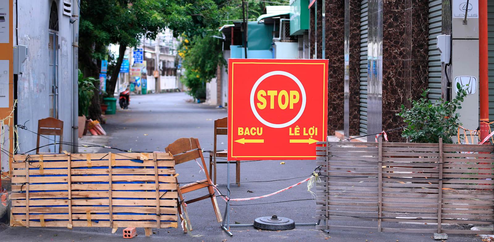 רחוב שסגור לתנועה ונמצא בבידוד כחלק מהגבלות הקורונה, בוונג טאו, וייטנאם, באמצע ספטמבר / צילום: Associated Press, Hau Dinh