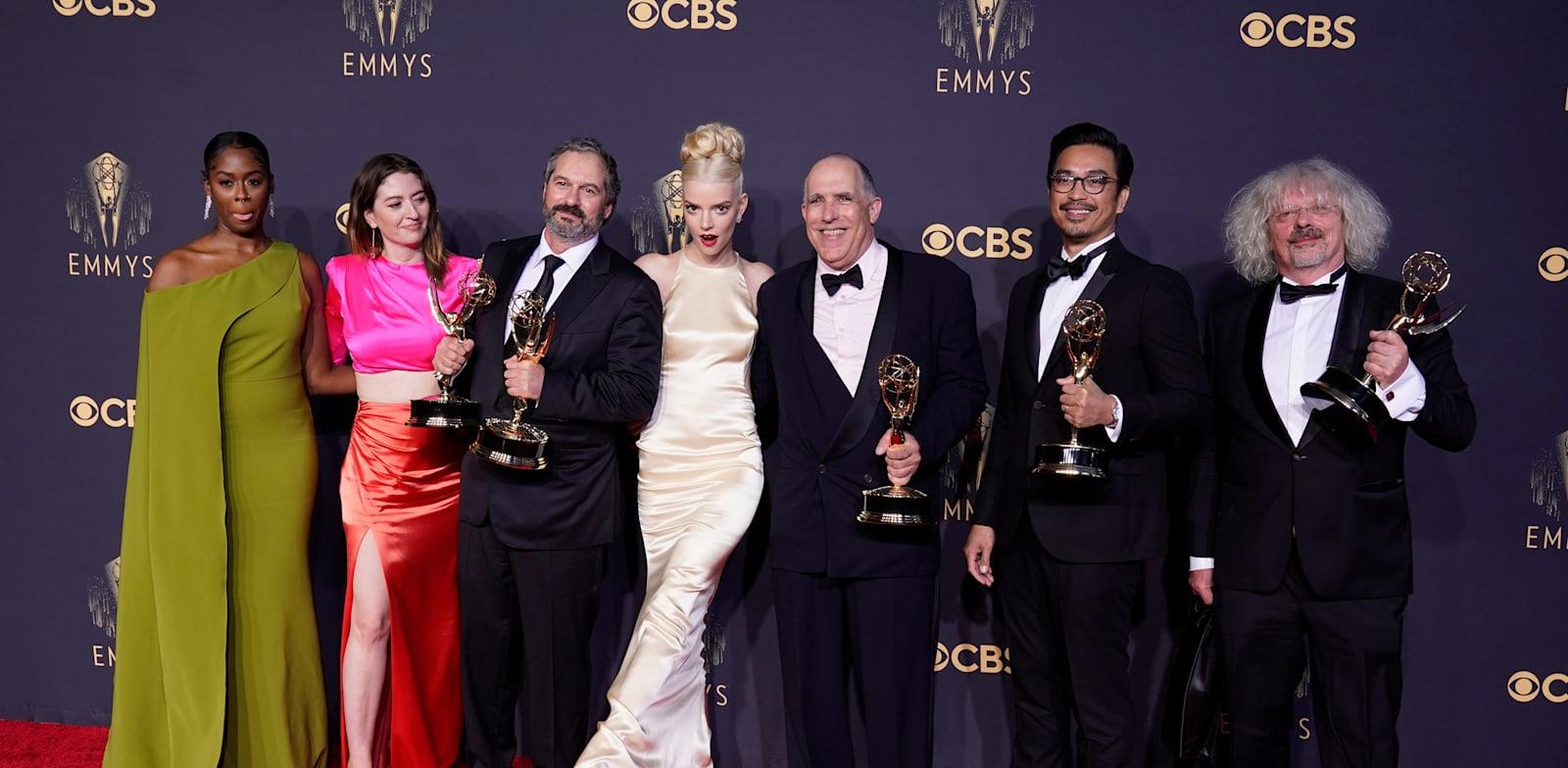 כוכבי ''גמביט המלכה'' של נטפליקס על השטיח האדום בטקס פרסי האמי / צילום: Associated Press, Chris Pizzello