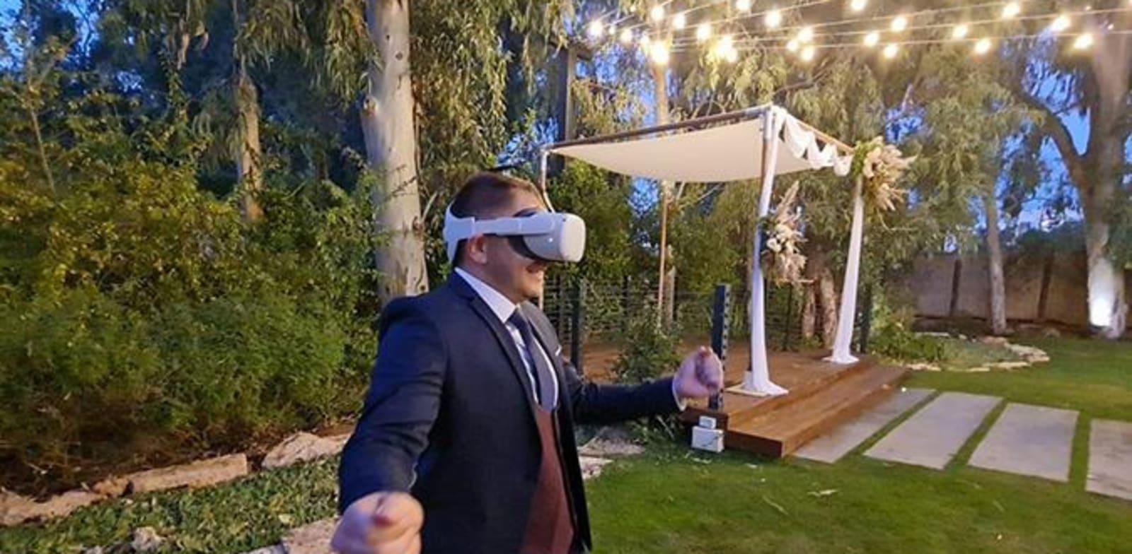 חתן בודק אולם במציאות מדומה / צילום: יח''צ