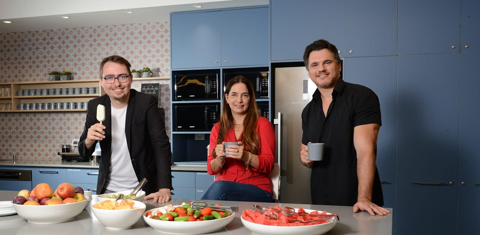 מימין: גדי מיקלס, עדי סיצ׳וק, ד''ר סלבה נובגורודוב. במטבחון איביי / צילום: איל יצהר