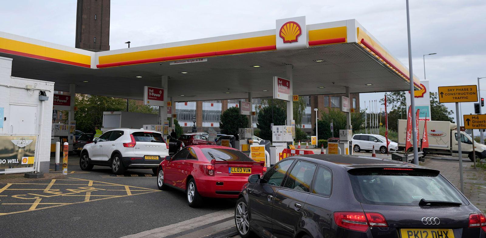 תורים בתחנת דלק בלונדון, היום. משבר האנרגיה מכה באירופה / צילום: Associated Press, Frank Augstein