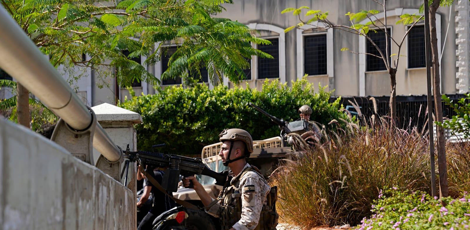 כוחות צבא לבנון במוקד העימותים בביירות, מוקדם יותר היום / צילום: Associated Press, Hassan Ammar