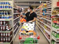 הישראלים מחפשים דרכים לחסוך בעלויות בעת הקנייה / צילום: כדיה לוי