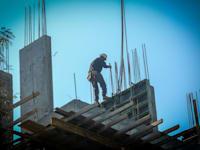 פועל באתר בנייה. 2021 תשבור כפי הנראה את שיא המשכנתאות השנתי / צילום: שלומי יוסף