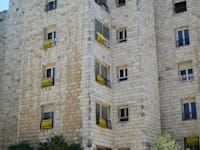 """שלטים של דירות למכירה - בנין רחוב אצ""""ל 13 ירושלים / צילום: איל יצהר"""
