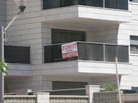 נתניה - שכונת אגמים - שלט דירה להשכרה / צילום: עינת לברון