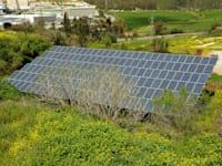 מערכת סולארית במושב נחם / צילום: איל יצהר