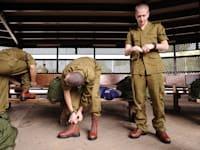 חיילים מתגייסים - לשכת גיוס / צילום: אופק רון כרמל - במחנה