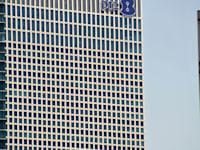 לוגו של חברת בזק על בנין עזריאלי / צילום: תמר מצפי