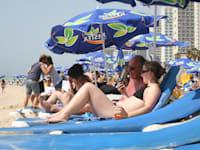תיירים בחוף ים בת''א / צילום: עינת לברון