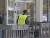 שומרים מאבטחים בסופרמרקט / צילום: איל יצהר