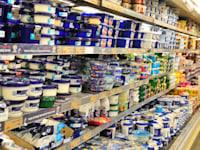 סופרמרקט - מדף מוצרי חלב וגבינות / צילום: תמר מצפי