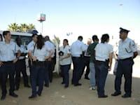 שוטרים מתכוננים לחסימות כבישים / צילום: תמר מצפי