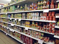 מדפים ברשת שיווק. האם גם בישראל יחלו לסמן מוצרים מהתנחלויות? / צילום: תמר מצפי