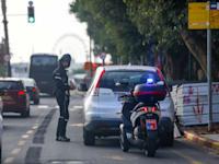 שוטר נותן דוח תנועה / צילום: שלומי יוסף