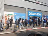 """עומדים בתור לקניות בחנות דקתלון בראשל""""צ / צילום: בר - אל"""