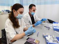 בוחנים בדיקות קורונה בבית החולים שיבא בתל השומר / צילום: איל יצהר