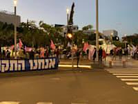 מפגינים נגד ראש הממשלה בכיכר דיזנגוף בתל אביב / צילום: בר לביא