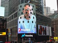 """רוברט אנטוקול מנכ""""ל ומייסד פלייטיקה מוקרן בטיימס סקוור ניויורק במהלך טקס פתיחת המסחר בנאסד""""ק. / צילום: יח""""צ"""