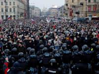 מפגינים בסנט פטרסבורג נגד מעצרו של אלכסיי נבלני / צילום: Reuters, Anton Vaganov TPX