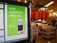 """שלט """"פה מקבלים אפל פיי"""" בכניסה לסופר בקליפורניה / צילום: Associated Press, Eric Risberg"""