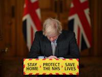 ראש ממשלת בריטניה בוריס ג'ונסון מתנצל בפני אזרחי המדינה לאחר שנחצה רף 100 אלף מתים מנגיף הקורונה / צילום: Associated Press, Justin Tallis